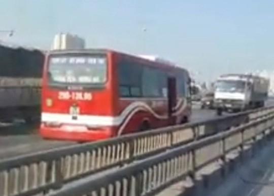 Tắc đường, xe khách liền quay đầu chạy ngược chiều đường trên cao - Ảnh 2.