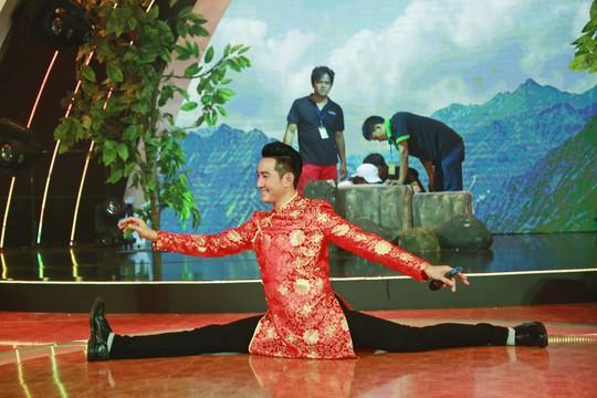 Ca sĩ Nguyễn Phi Hùng trên sàn tập