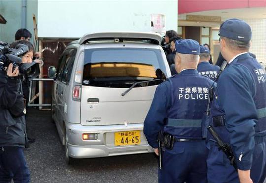 Xe cảnh sát đưa nghi phạm Shibuya đi vào sáng 14-4. Ảnh: Sankei