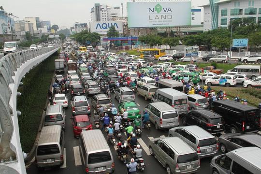 Giao thông hỗn loạn quanh sân bay Tân Sơn Nhất suốt 5 giờ - Ảnh 3.