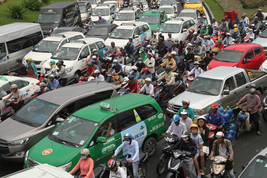 Giao thông hỗn loạn quanh sân bay Tân Sơn Nhất suốt 5 giờ - Ảnh 1.