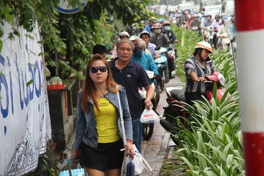 Giao thông hỗn loạn quanh sân bay Tân Sơn Nhất suốt 5 giờ - Ảnh 7.
