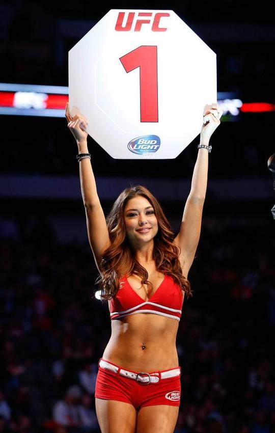 Clip hậu trường chụp ảnh của ring girl nóng nhất hành tinh - Ảnh 1.