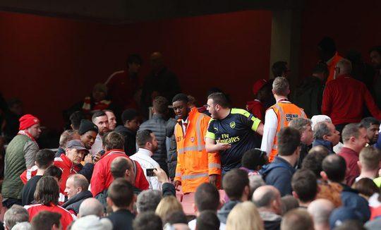 Hai nhóm CĐV Arsenal tranh cãi trước khi đánh nhau