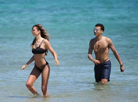 Hết cửa vô địch, Alli đưa người đẹp về vùng biển vắng - Ảnh 1.
