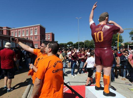 Totti ngấn lệ trong ngày giã từ sân cỏ - Ảnh 8.