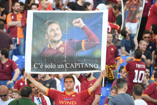 Totti ngấn lệ trong ngày giã từ sân cỏ - Ảnh 7.