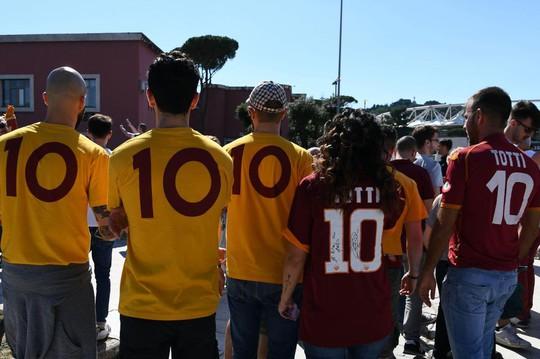 Totti ngấn lệ trong ngày giã từ sân cỏ - Ảnh 6.