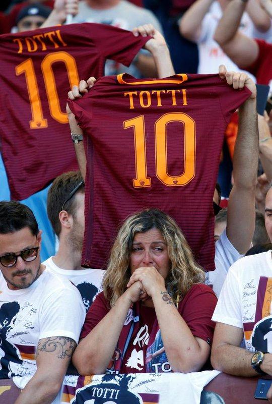 Totti ngấn lệ trong ngày giã từ sân cỏ - Ảnh 5.