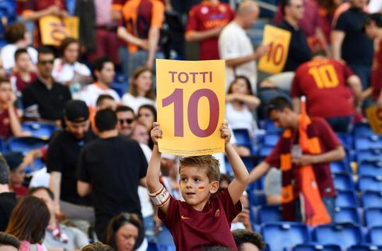 Totti ngấn lệ trong ngày giã từ sân cỏ - Ảnh 4.