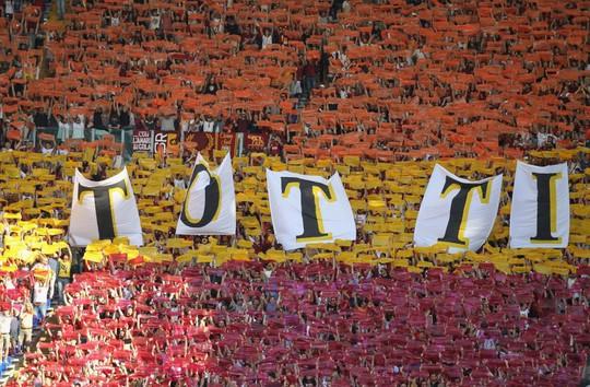 Totti ngấn lệ trong ngày giã từ sân cỏ - Ảnh 3.