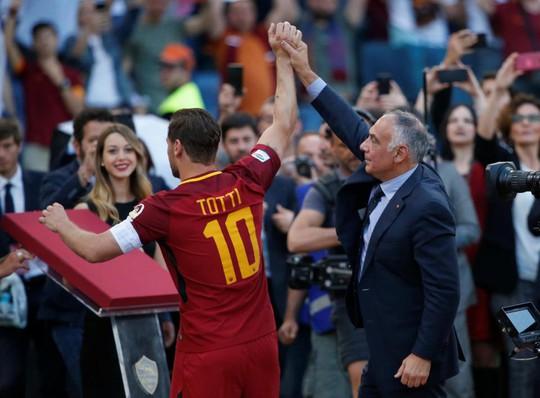 Totti ngấn lệ trong ngày giã từ sân cỏ - Ảnh 12.