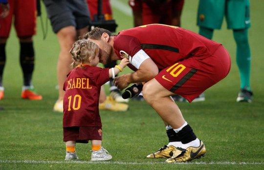 Totti ngấn lệ trong ngày giã từ sân cỏ - Ảnh 11.