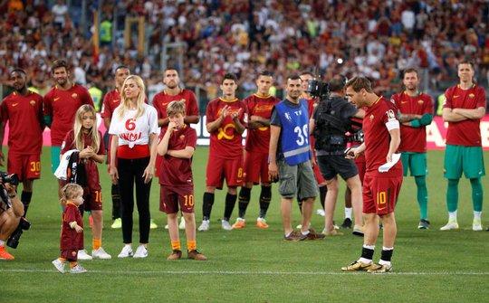 Totti ngấn lệ trong ngày giã từ sân cỏ - Ảnh 10.