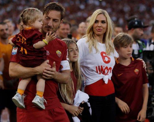 Totti ngấn lệ trong ngày giã từ sân cỏ - Ảnh 9.