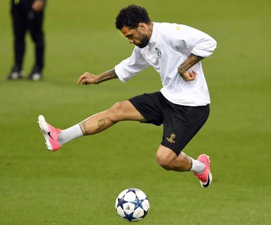 Guardiola muốn mua trò cũ Alves - Ảnh 1.