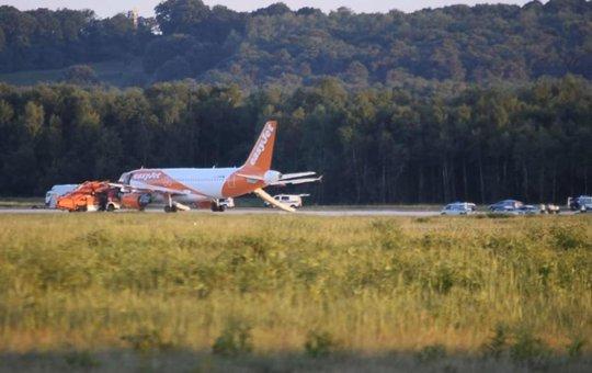 Máy bay hạ cánh khẩn vì hành khách chơi ma túy - Ảnh 1.