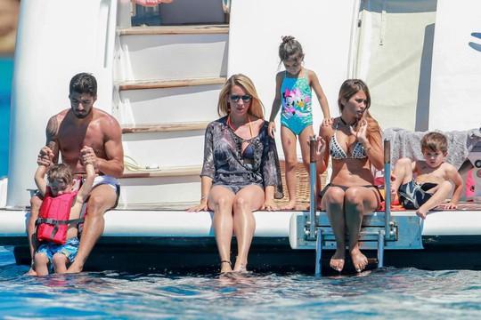 Gia đình Messi, Suarez, Fabregas họp mặt trên đảo - Ảnh 12.