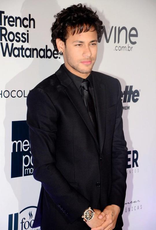 Neymar đổi kiểu tóc sau khi chia tay người yêu - Ảnh 1.