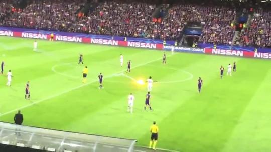 Fan Spartak Moscow bắn pháo sáng suýt trúng trọng tài - Ảnh 4.