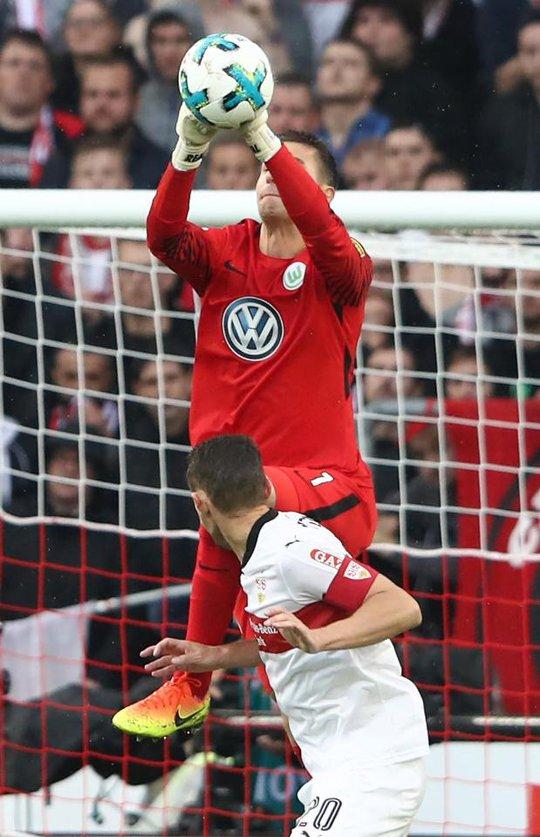 Xem cú lên gối của thủ môn khiến đối thủ bất tỉnh - Ảnh 2.