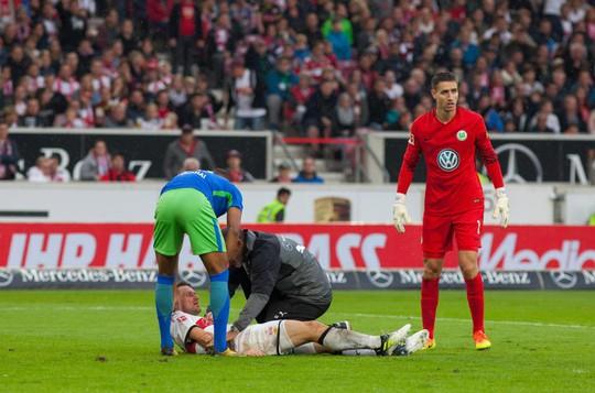 Xem cú lên gối của thủ môn khiến đối thủ bất tỉnh - Ảnh 3.