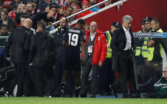 Conte đớp thẳng Mourinho sau khi bị đá xoáy - Ảnh 2.
