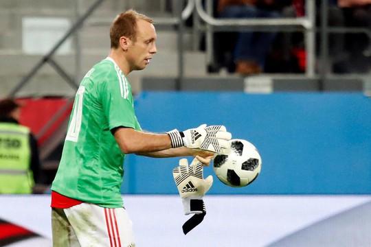 Thủ môn tuyển Nga tét đầu sau cú va chạm kinh hoàng - Ảnh 5.