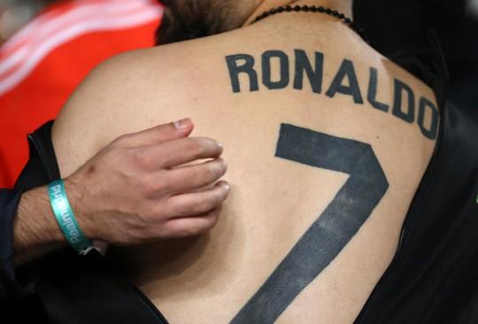 Sốc với hình xăm của fan cuồng Ronaldo - Ảnh 1.