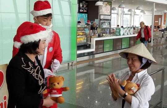 Ngạc nhiên với không khí Giáng sinh ở sân bay Nội Bài - Ảnh 8.