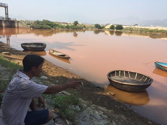 Nước sông đổi màu khiến người dân hoang mang