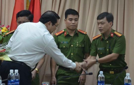 Chủ tịch Huỳnh Đức Thơ thưởng nóng cho lực lượng công an - Ảnh 2.