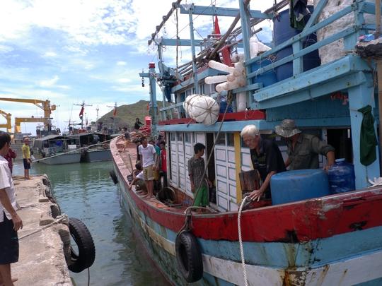 Chủ tàu chấp nhận lỗ 100 triệu đồng để cứu 10 thuyền viên gặp nạn