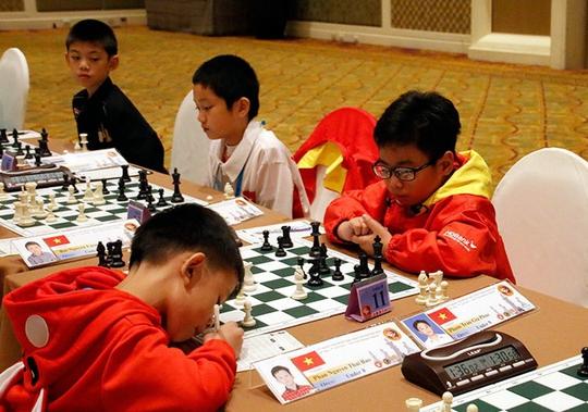 Gia Phúc (phải) góp phần giúp cờ vua trẻ Việt Nam có HCV châu Á thứ hai Ảnh: Đông Linh