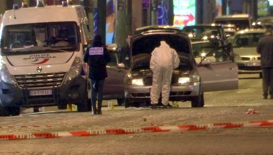 Nhân viên điều tra xem xét chiếc xe được kẻ tấn công sử dụng tại đại lộ Champs Elysees hôm 20-4 Ảnh: REUTERS