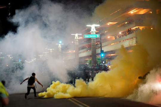Bạo lực nổ ra ở Phoenix sau bài phát biểu của ông Donald Trump. Ảnh: Reuters