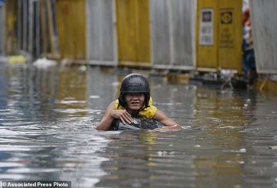 Bão vừa đổ bộ, người dân Philippines ngụp lặn trong nước lũ - Ảnh 9.