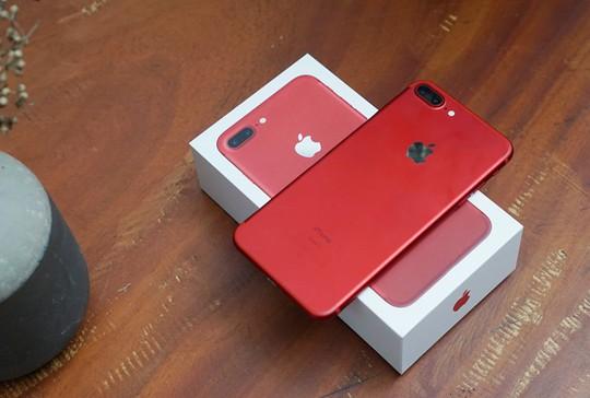 iPhone màu đỏ không hot như dự đoán ban đầu tại Việt Nam, ít nhất là ở thời điểm hiện tại. Ảnh: Thành Duy.