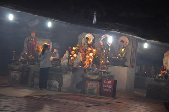 Toàn cảnh chùa Hang.