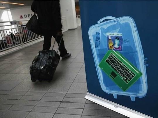 Bom tự chế trá hình laptop đang là mối nguy hại ở các sân bay. Ảnh: Breitbart.
