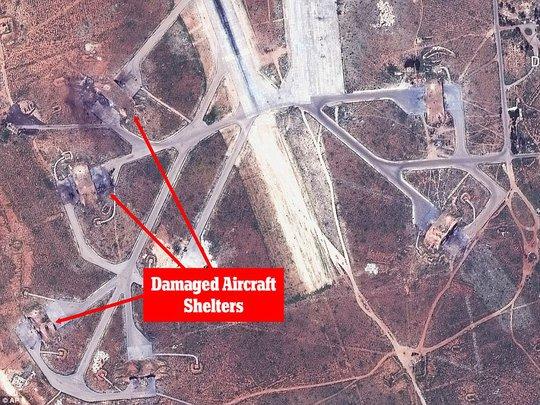 Các mút mũi tên đỏ là những khu vực chứa máy bay bị hư hại sau khi trúng tên lửa của Mỹ. Ảnh: AP