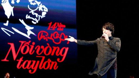 Ca sĩ Thanh Bùi trong chương trình Nối vòng tay lớn (năm 2015), kỷ niệm 14 năm ngày mất của cố nhạc sĩ Trịnh Công Sơn - Ảnh: H.L.