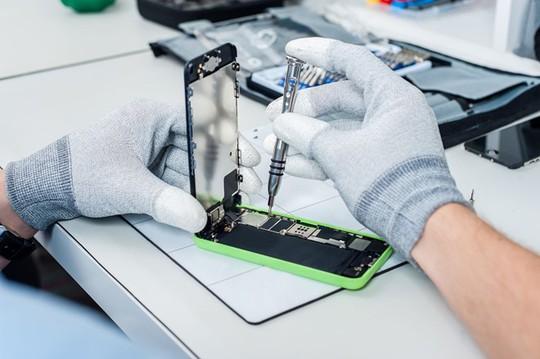 Các cửa hàng nhỏ lẻ ở Việt Nam xôn xao vì thông tin Apple sắp cấm sửa chữa iPhone, iPad. Ảnh minh hoạ: Technews.