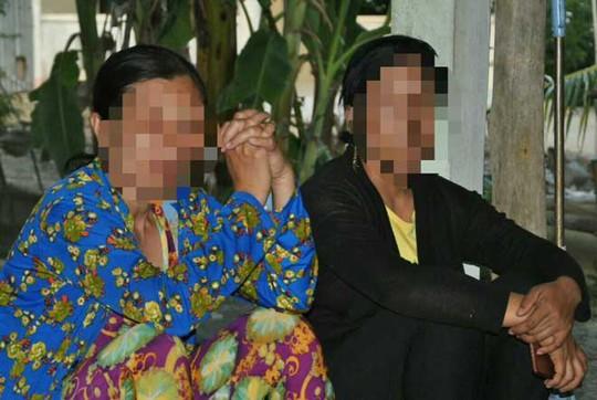 Chị L. (bên trái) bật khóc khi kể lại sự việc đau lòng về con mình.
