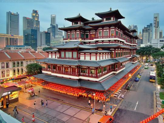 Chùa Phật Nha nằm ở khu Chinatown sầm uất. Ảnh: Broketourist.