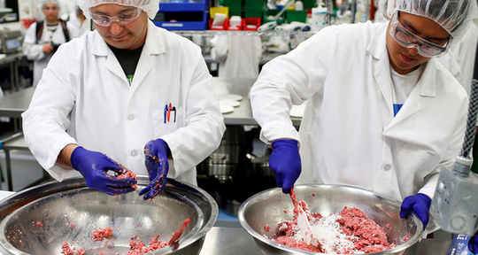 Thịt công nghệ được đầu tư bởi Bill Gates đang khiến ngành chăn nuôi lo sợ - Ảnh 1.
