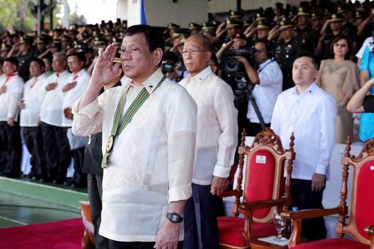 Tổng thống Rodrigo Duterte và Bộ trưởng Quốc phòng Delfin Lorenzana (phía sau) Ảnh: RAPPLER