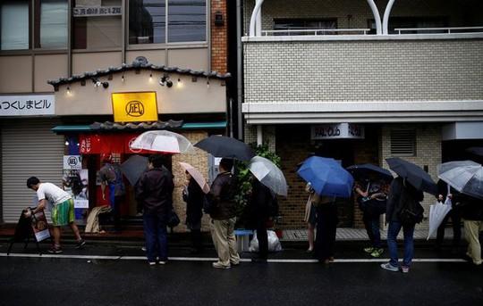 Thực khách xếp hàng dài chờ đợi. Ảnh: Reuters