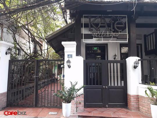 The KAfe village tại số 4 Hạ Hồi cũng trong tình trạng cửa đóng then cài dù mới 3 giờ chiều. Một người dân cho biết cửa hiệu đã đóng từ 1 tuần, chuẩn bị chuyển sang cho người khác và kinh doanh mặt hàng khác. Tuy nhiên thông tin về việc kinh doanh sau này hiện chưa rõ.