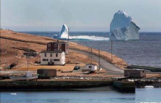 Một tảng băng trôi lớn có thể nhìn thấy từ bờ biển thị trấn Ferryland. Ảnh: The Canadian Press